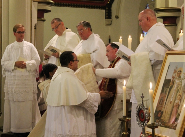 Br Pius is incorporated into the canonry and receives the canonical almuce.